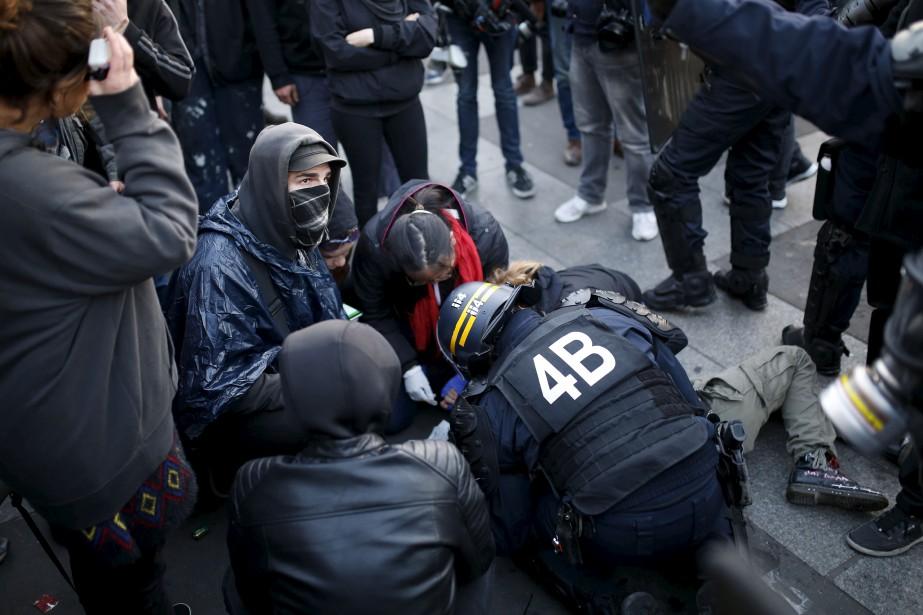 Des protestations anti-fascistes ont éclaté à Paris, et elles ont été réprimées par la police anti-émeute. (AFP, Benjamin Cremel)