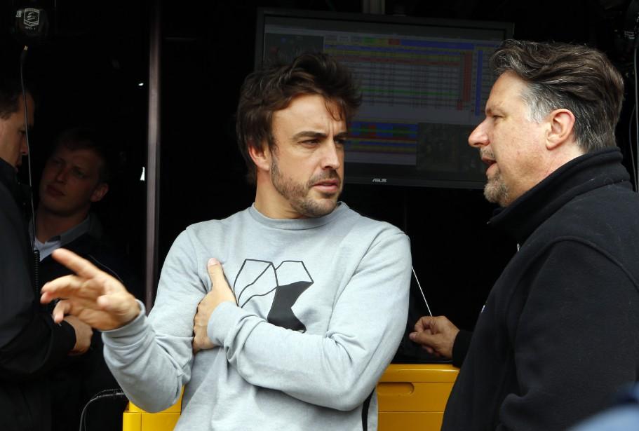 Le pilote de F1 Fernando Alonso s'entretient avec Michael Andretti, le patron de l'écurie qui l'accueillera pour les 500 milles d'Indianapolis le 28 mai. (AP)