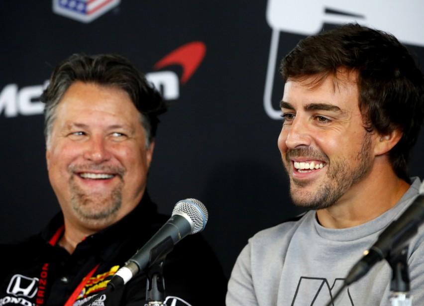 Michael Andretti, le patron de l'écurie Andretti, sourit en entendant lepilote de F1 Fernando Alonso répondre à une question lors d'une conférence de presse avant le GP de l'Alabama dimanche. (AP)