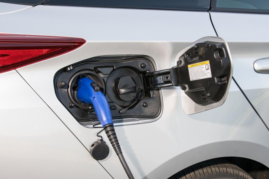 La batterie de la Prius Prime a une capacité de 8,8 kWh, le double de la Prius ordinaire, mais loin derrière la Chevrolet Volt qui dispose de 18,4 kWh de capacité. ()