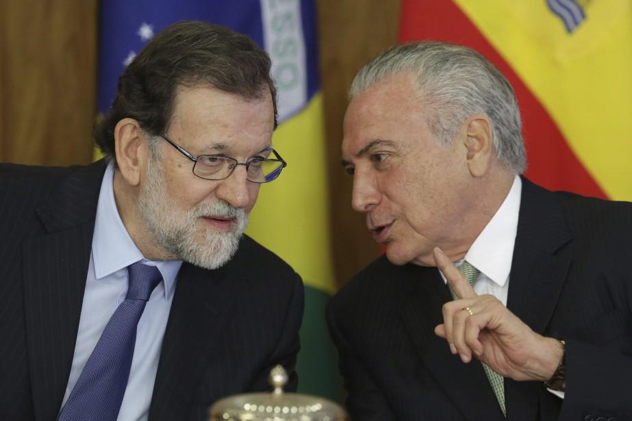 Le premier ministre espagnol Mariano Rajoy écoute les... (Photo Mariano Rajoy, AP)