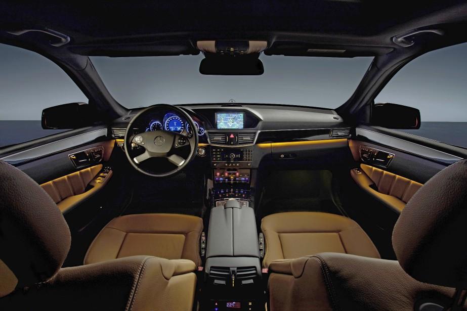 <strong>Mercedes-Benz Classe E</strong>Les DEL ne brillent pas qu'à l'extérieur. L'habitacle de la Classe E de Mercedes-Benz en témoigne:on peut choisir parmi 64 teintes afin de personnaliser l'ambiance à loisir. C'est beaucoup, mais ce n'est rien à côté des 84 DEL de ses phares MULTIBEAM, qui peuvent être commandés individuellement afin d'ajuster leur illumination en fonction de la direction de la voiture et de la circulation en sens inverse. (Photo Daimler)