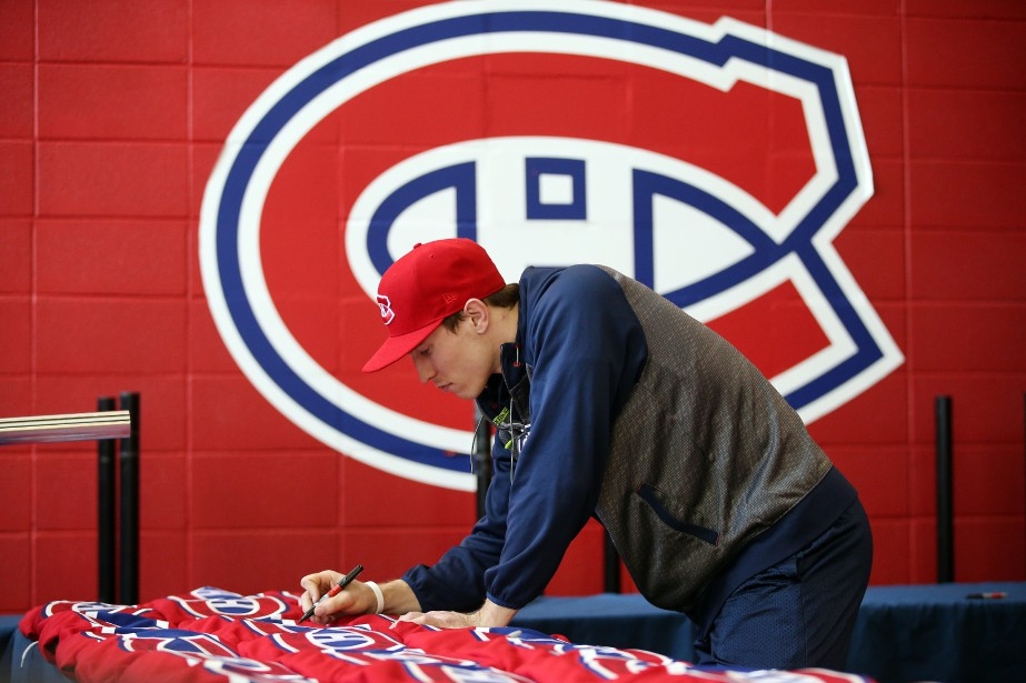 Brendan Gallagher signe des chandails. | 24 avril 2017