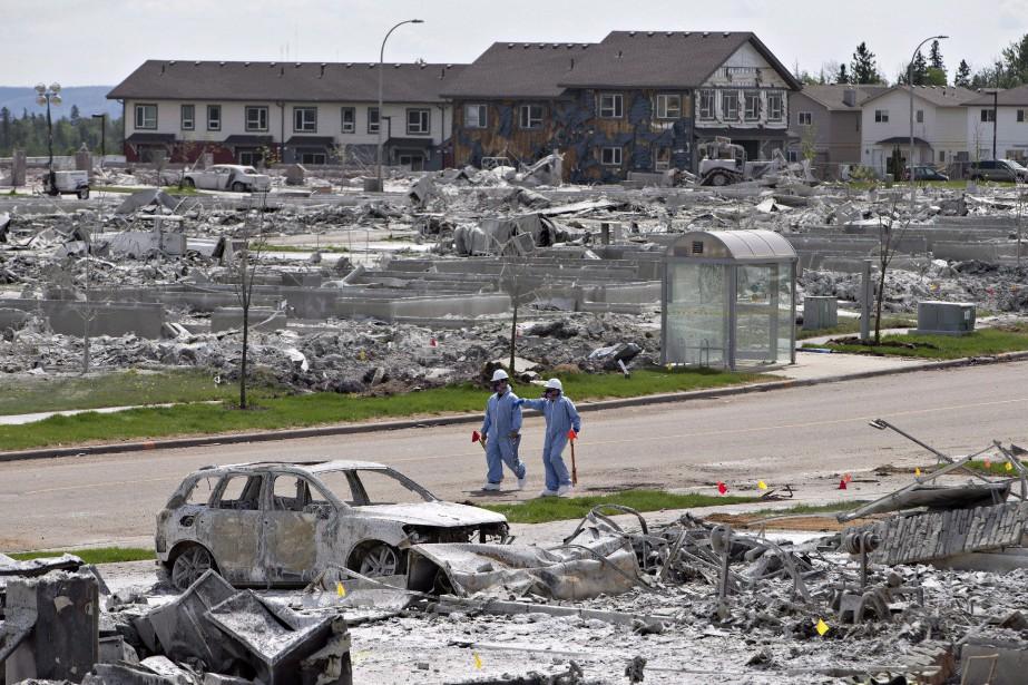 Les flammes ont détruit environ 10% des bâtiments... (Photo Jason Franson, La Presse canadienne)