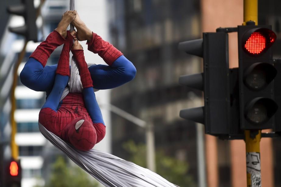 «Spiderman» a abandonné les tours de New York pour le ciel de Bogota, où il...