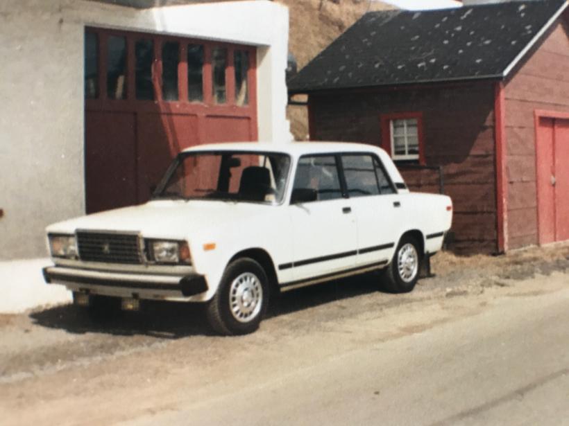 <strong>Sa première voiture</strong>Une Lada Signet (avec essuie-glaces pour phares). Déclarée perte totale après seulement quelques semaines lorsque emboutie par un gros Monte Carlo. ()