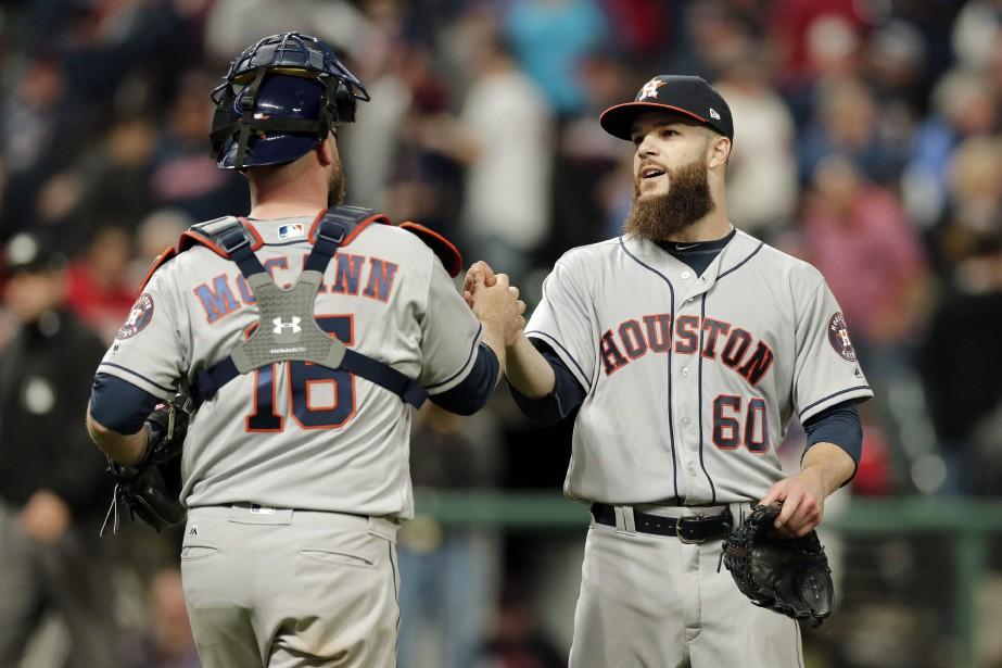 Le lanceur Dallas Keuche et le receveur Brian... (PHOTO Tony Dejak, AP)