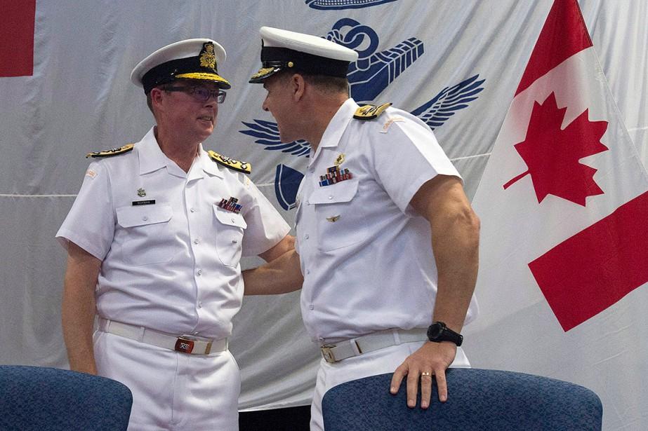 Le vice-amiral Mark Norman (à gauche) discute avec... (Adrian Wyld, PC)