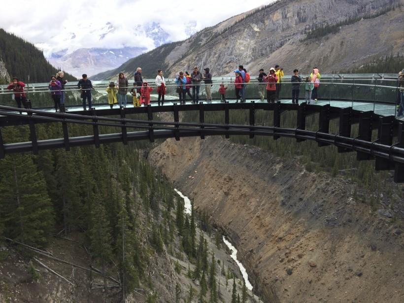 Le Glacier Skywalk, qui permet de jouir d'une vue spectaculaire sur la vallée de Sunwapta, 280m plus bas. (Collaboration spéciale Normand Provencher)