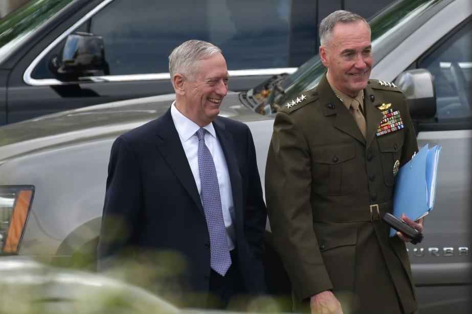 Le secrétaire à la Défense James Mattis et... (PHOTO AFP)