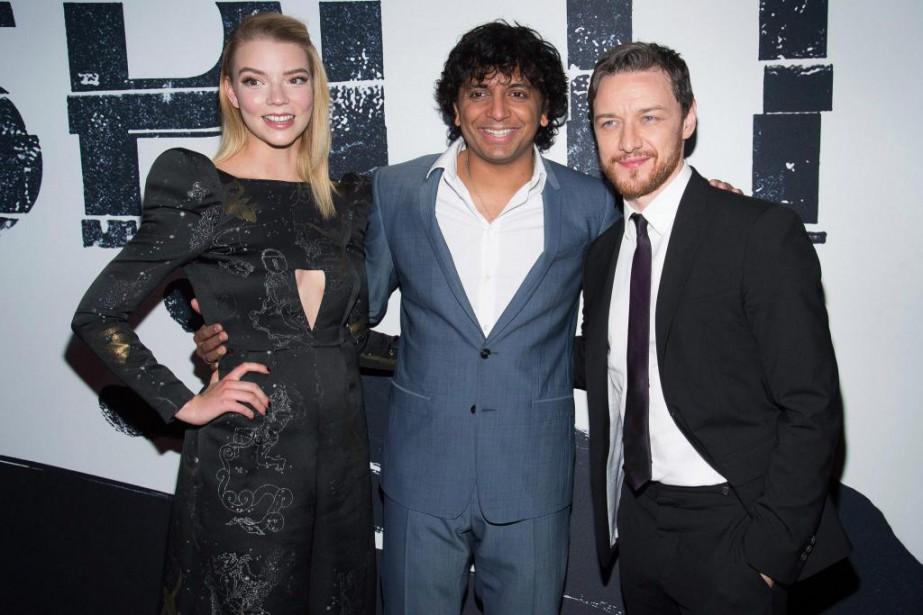 Le réalisateurM.Night Shyamalan (au centre) avec les acteurs... (PhotoCharles Sykes, archives Invision/Associated Press)
