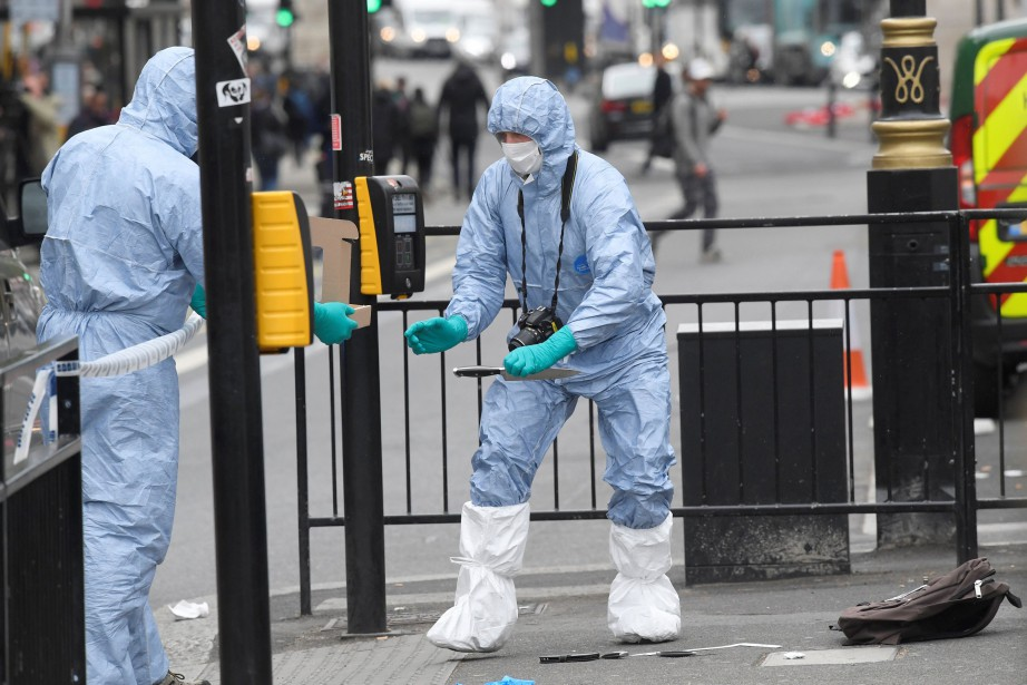 Les officiers de police scientifique ont méticuleusement examiné... (PHOTO REUTERS)