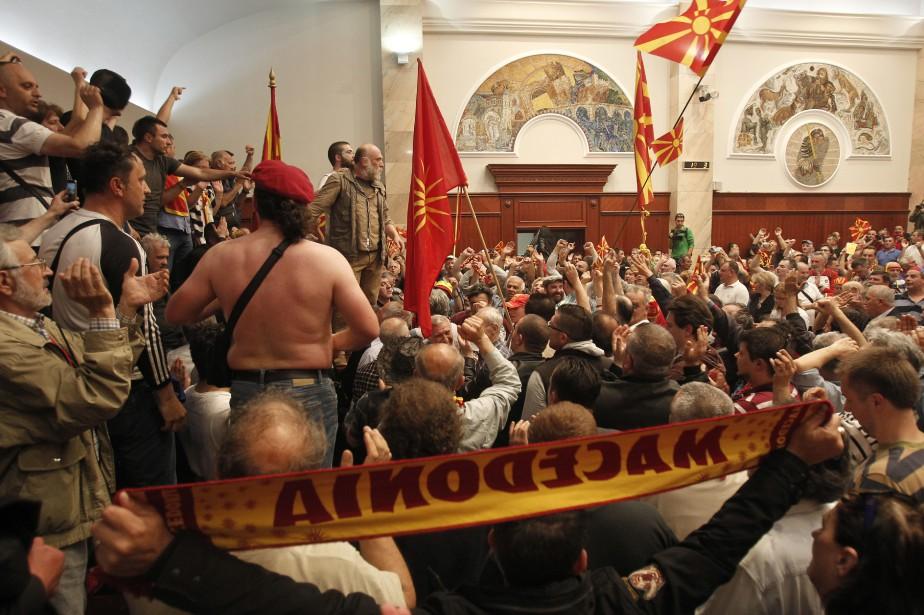 Des manifestants qui ont fait irruption dans le... (PHOTO AP)