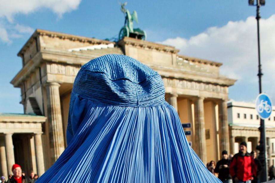 Officiellement, la loi adoptée jeudine concerne pas que... (PHOTO AFP)