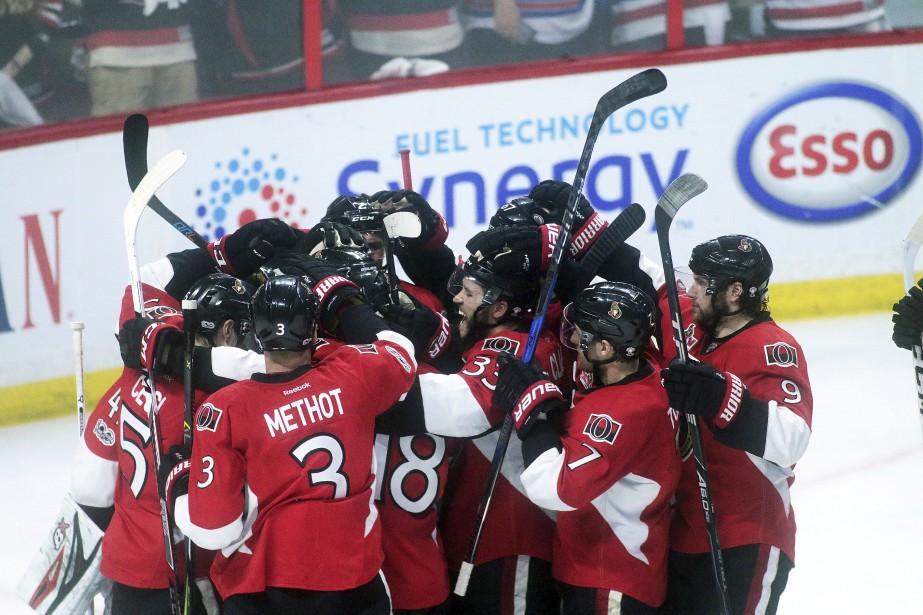 Les Sénateurs d'Ottawa célèbrent leur victoire lors de leur premier match en série contre les Rangers de New York. | 27 avril 2017