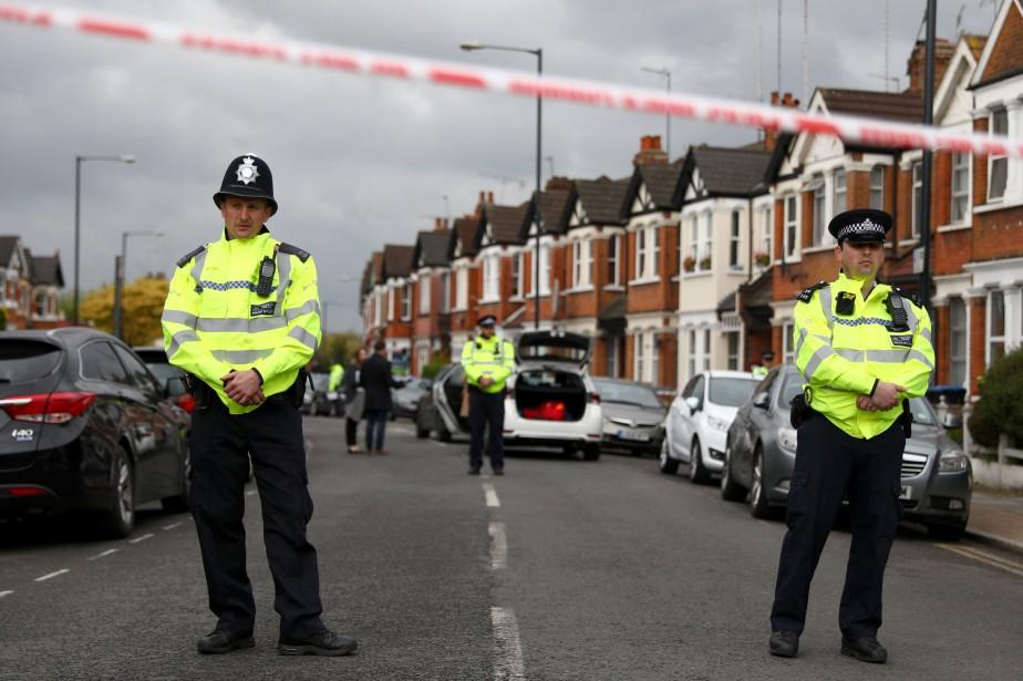 Sur la photo, des policiers surveillent un périmètre... (Photo Neil Hall, REUTERS)