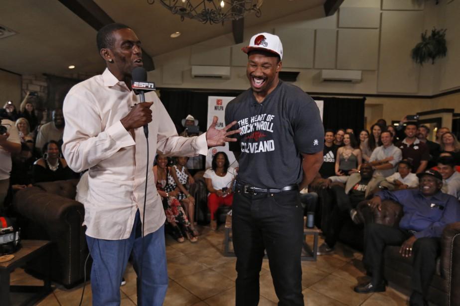 Randy Moss d'ESPN interroge le joueur de football... (PHOTO ARCHIVES AP)