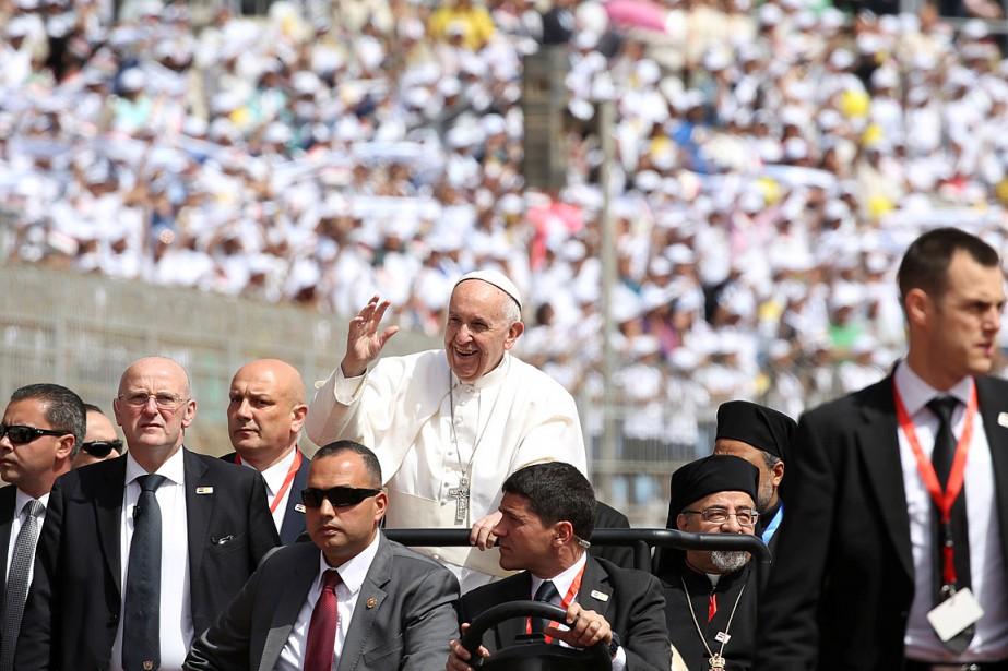 Le pape, debout à l'arrière d'une petite voiture,... (Photo Alessandro Bianchi, REUTERS)