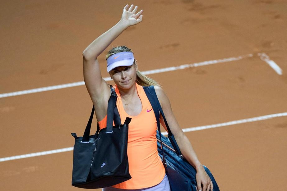 Maria Sharapova salue la foule avant de quitter... (PHOTO THOMAS KIENZLE, AGENCE FRANCE-PRESSE)