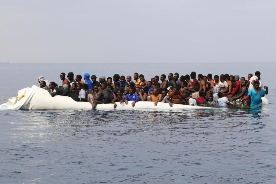 Des migrants attendent d'être secourus, au large de... (PHOTO ABDULLAH ELGAMOUDI, ARCHIVES AGENCE FRANCE-PRESSE)
