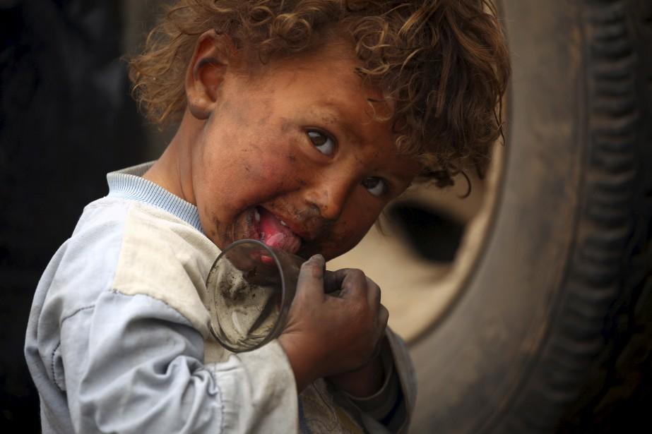 Un enfant syrien déplacé de sa région natale, qui est occupée par le groupe État islamique, et réfugié dans un camp temporaire à Ain Issa. | 29 avril 2017