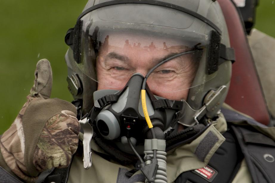 Michel Juteau a revêtu l'uniforme d'un pilote de chasse (Martin Roy, Le Droit)