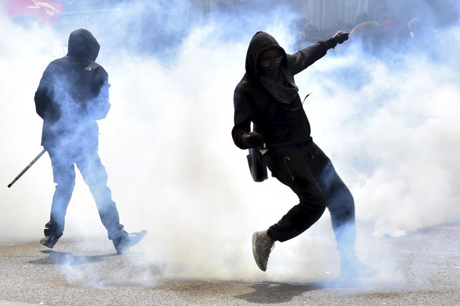 Des manifestants cagoulés en confrontation avec la police anti-émeute. | 1 mai 2017