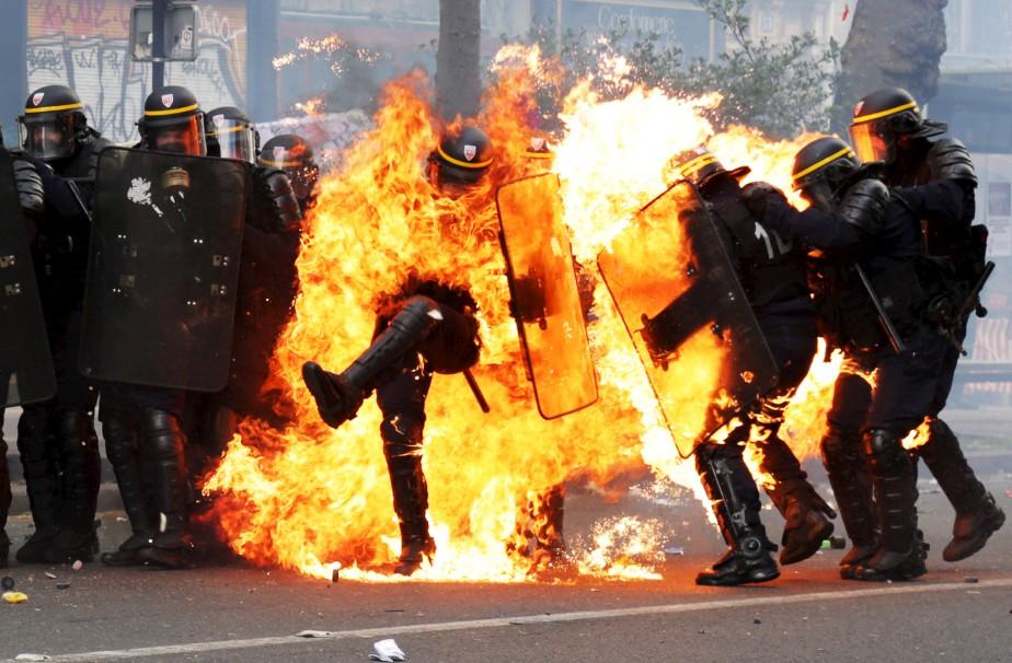 Des manifestants ont lancé des cocktails Molotov contre la police... | 2017-05-01 00:00:00.000