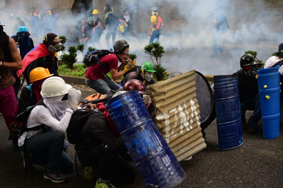 Des manifestants cagoulés à Caracas.... (Photo Ronaldo Schemidt, archives AFP)