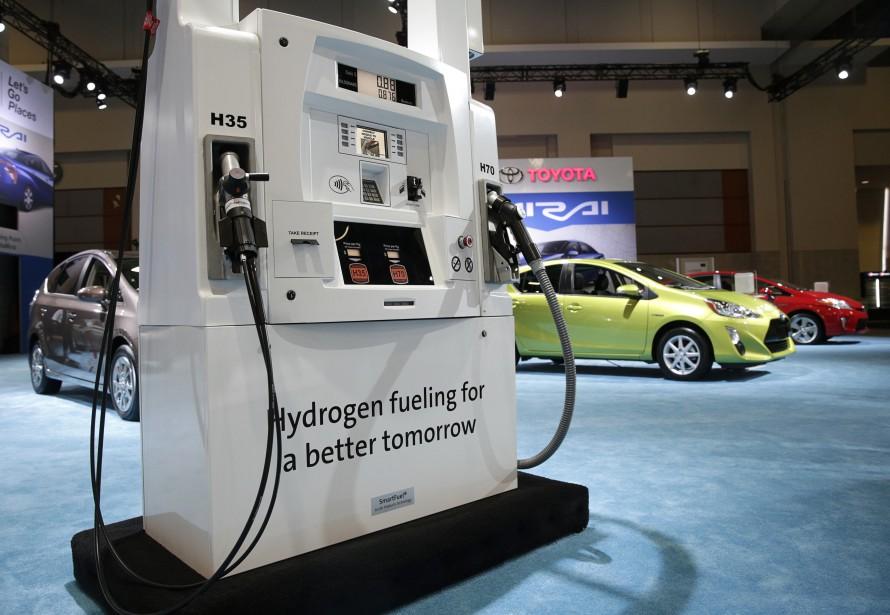 La forme des pompes à hydrogène actuelles sont très inspirées de celle des pompes à essence conventionnelles. Celle-ci a été montrée par Toyota lors du Salon de l'auto de Washington de 2015. (Photo : Reuters)
