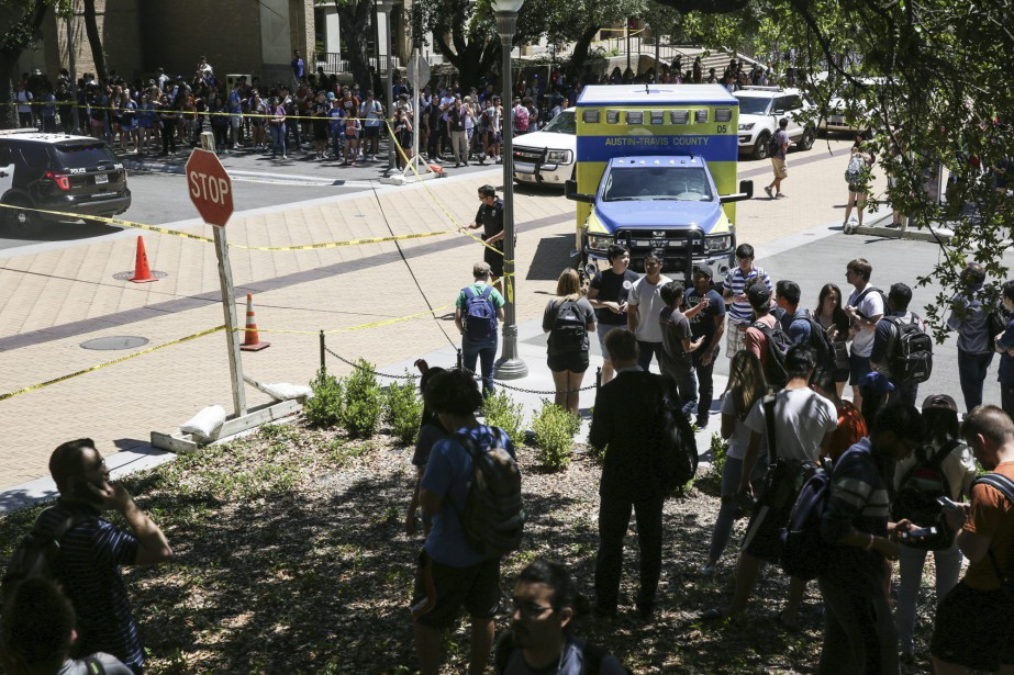 Les autorités policières ferment le campus de l'Université... (AP)