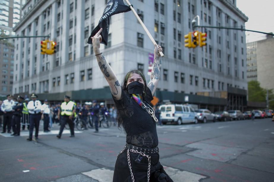 Des manifestants anti-Trump vêtus de noir, arborant les... (Photo KENA BETANCUR, AFP)