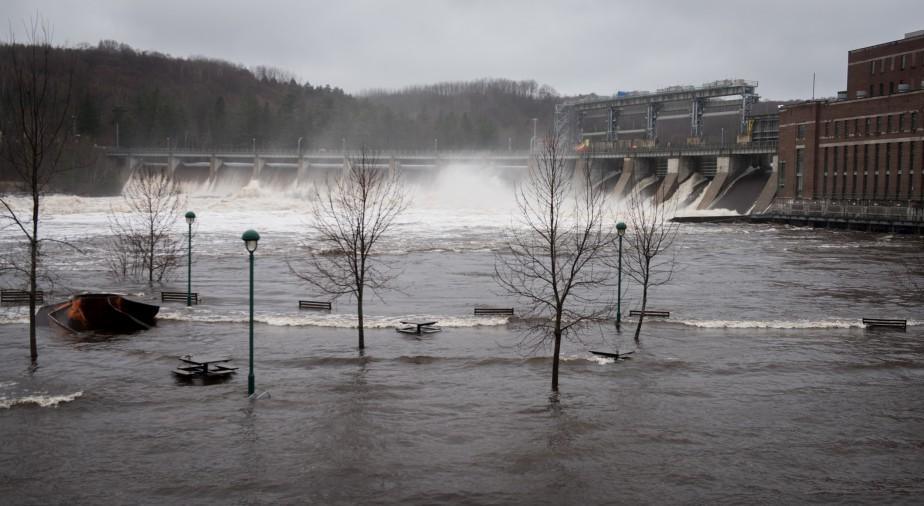 Le niveau de l'eau est très élevé au barrage La Gabelle à Notre-Dame-du-Mont-Carmel. | 1 mai 2017