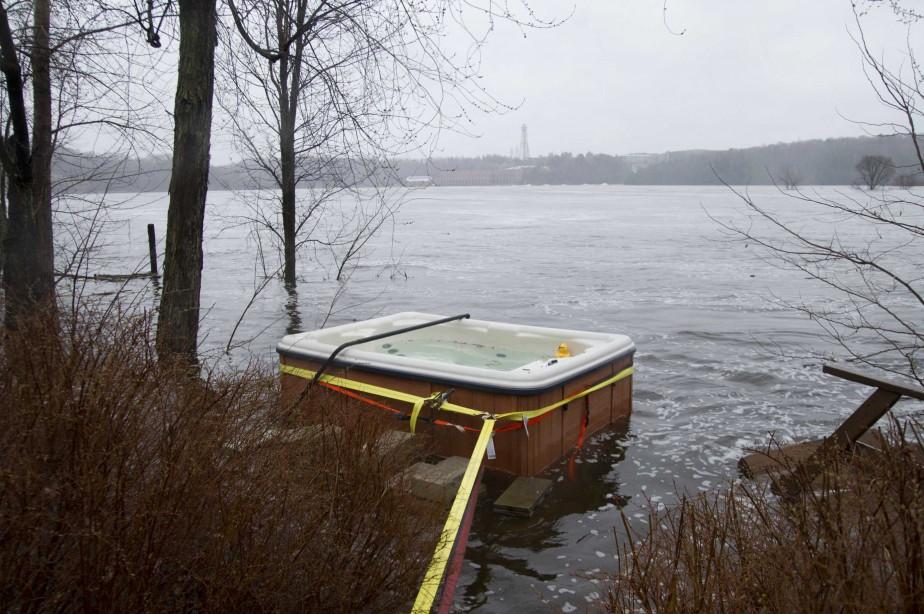Un résident du chemin de la Baie à Saint-Boniface a trouvé un moyen ingénieux pour que son spa ne soit pas entraîné par le courant. | 1 mai 2017