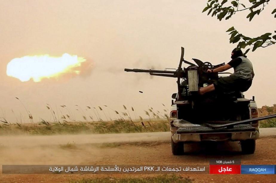 «Au moins cinq kamikazes de l'EI se sont... (Photo Associated Press)