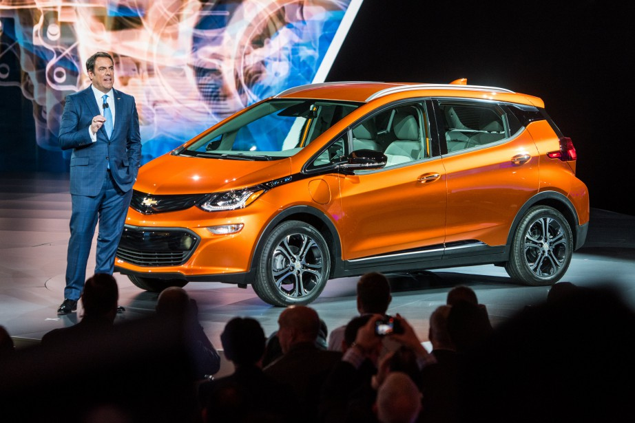 Mark Reuss, 1er VP de GM et patron du développement Produits, affirme que GM sera le premier constructeur à faire de l'argent avec les tout électriques grand public. On le voit ici présentant la Bolt 2017 lors du Salon de l'auto de Detroit, le 11 janvier 2016. (Photo : Chevrolet)