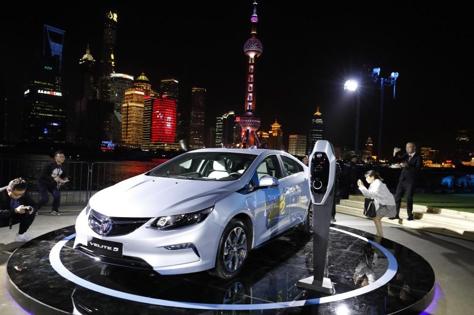 La Buick Velite 5 est ni plus ni moins qu'une Chevrolet Volt, à laquelle GM a mis un nouveau capot et un écusson Buick pour le marché chinois. On la voit ci-haut au Salon de l'auto de Shanghai il y a deux semaines. GM compte commercialiser 10 véhicules partiellement ou entièrement électriques en Chine d'ici 2020. (photo : AP)