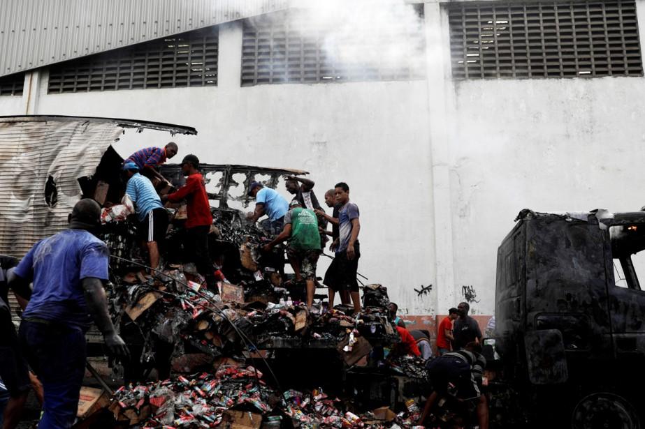 Huit autobus et deux camions ont été brûlés...