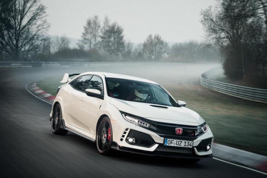 Honda a emmené la Type R sur le circuit allemand Nürburgring Nordschleife. Son chrono de 7 min 43,8 s a abaissé de 3 secondes le record précédent établi par une voiture à traction, la version européenne Clubsport S de la Volkswagen Golf GTI. | 2 mai 2017