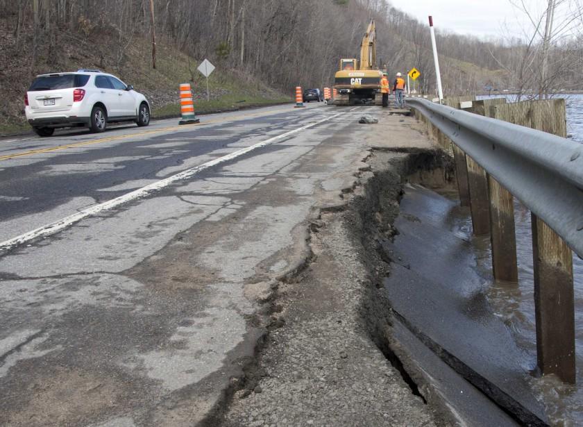 Une partie de la route 153 dans le secteur de Baie-de-Shawinigan a subi des dommages. (Sylvain Mayer, Le Nouvelliste)