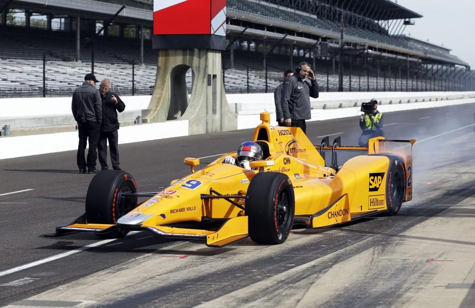 Fernando Alonso immobilise sa voiture dans les puits après sa première sortie de pratique au circuit d'Indianapolis. Alonso a fait trois séances d'environ 50 tours chacune. (AP)