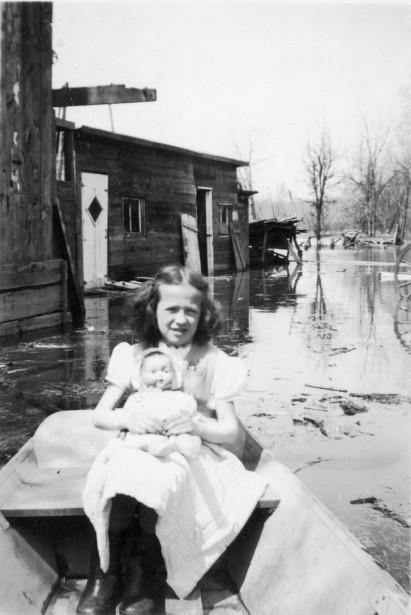 Louise Pilon lors d'une inondation sur la rue Saint-François-Xavier à... | 2017-05-03 00:00:00.000