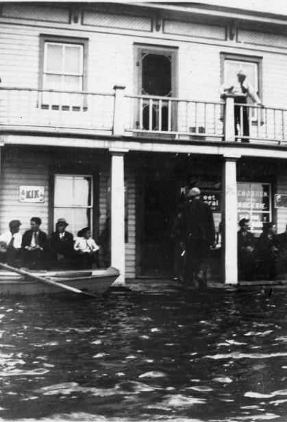 Inondation sur la rue Jacques-Cartier à Pointe-Gatineau, en 1947. | 3 mai 2017