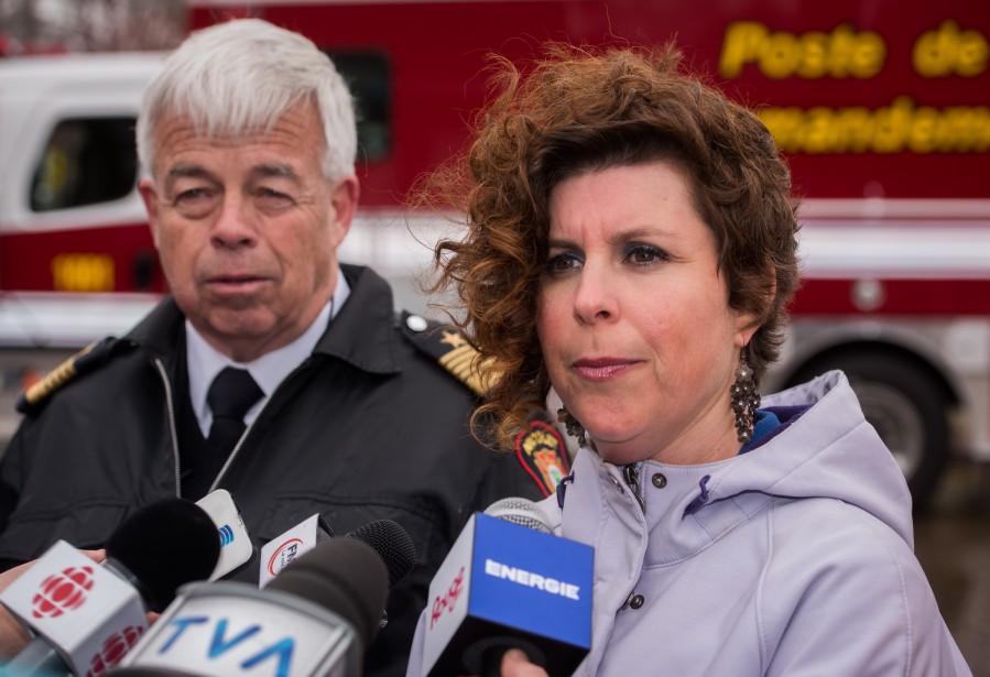 La mairesse de Nicolet, Geneviève Dubois, a fait le point sur l'impact de la crue des eaux aux côtés de son directeur du Service de sécurité incendie, Michel Legault. (François Gervais, Le Nouvelliste)