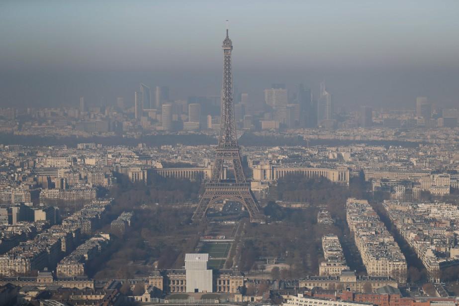 La Tour Eiffel, perdue dans le smog le 5 décembre 2016. (AFP)