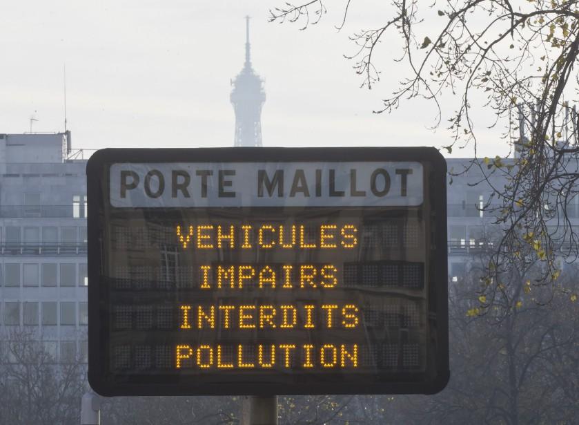 En décembre dernier, la mairie de Paris a interdit la moitié des véhicules circulant normalement dans la ville. Seules les voitures immatriculées pair pouvaient rouler les jours pairs, les jours impairs, c'était le tour des voitures à plaque impaire. Ci-haut, un panneau indiquant l'interdiction le 8 décembre. (AP)