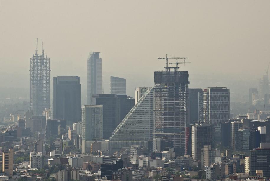 La jungle de béton de Mexico est voilée par le smog, le 14 février 2014. La photo est prise de la Torre Latinoamericana (la Tour latino-américaine). (AFP)