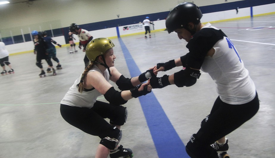 Chaque joueuse doit porter patins à quatre roues non alignées, protège-genoux, protège-coudes, protège-poignet, casque et protecteur buccal. (Étienne Ranger, Le Droit)