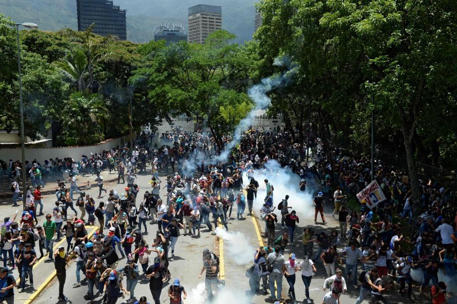 Sur la photo, des étudiants manifestent contre le... (PHOTO FEDERICO PARRA, AFP)