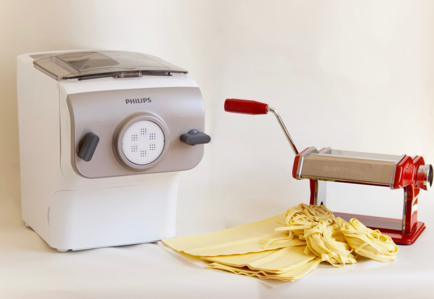 Quel que soit le type de pâte cuisiné, il y a un élément sur lequel les Italiens ne dérogent pas: la fraîcheur. Voici deux équipements pour faire des pâtes fraîches à la maison. À gauche, Machine à nouilles et à pâtes Philips. Cette dernière peut produire 1 livre de pâtes ou de nouilles en seulement 15 minutes et de façon entièrement automatique. À droite, machine à pâte manuelle Gourmet de Josef Strauss. (Mélissa Bradette)